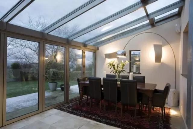 露台阳光房可能空间不大,但一般玻璃窗户很大,光线非常好.